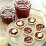 Soft-set strawberry & Pimm's jam