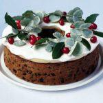 Elegant berry wreath cake
